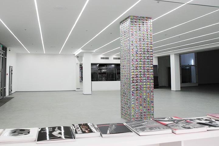 Пустое пространство первого этажа музея устроено так, чтобы спонсорские объекты не выглядели дикостью
