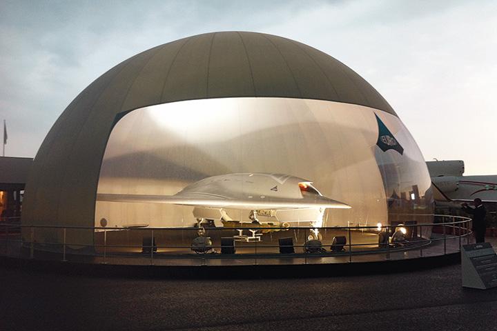Беспилотный боевой летательный аппарат Dassault nEUROn почти незаметен для радаров, может нести две 250-килограммовые бомбы и управляться как с земли, так и прямо из воздуха — из кабины «обитаемого» боевого самолета