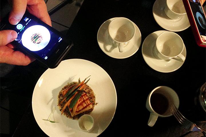Шеф Марат Хатмуллин постоянно что-то придумывает для весеннего меню. Это дикий онежский лосось, который предполагалось давать с тульской спаржей. Но попадет ли блюдо в меню — еще вопрос