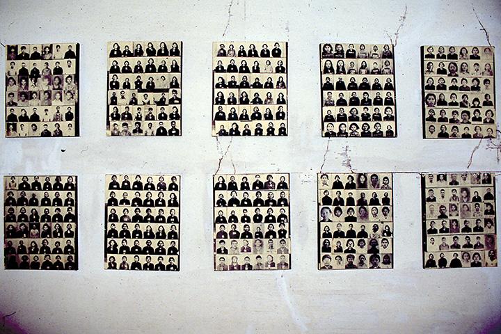 Портреты жертв геноцида в музее Туол Сленг