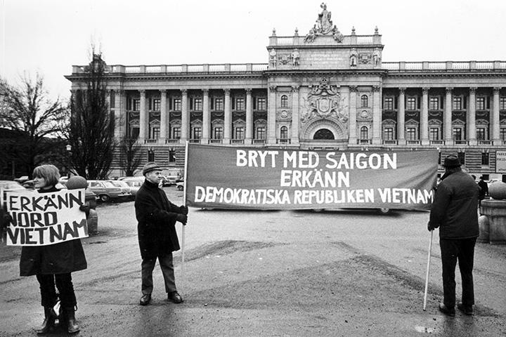 Демонстрация у шведского парламента в 1963 году с требованием признания Демократической Республики Вьетнам