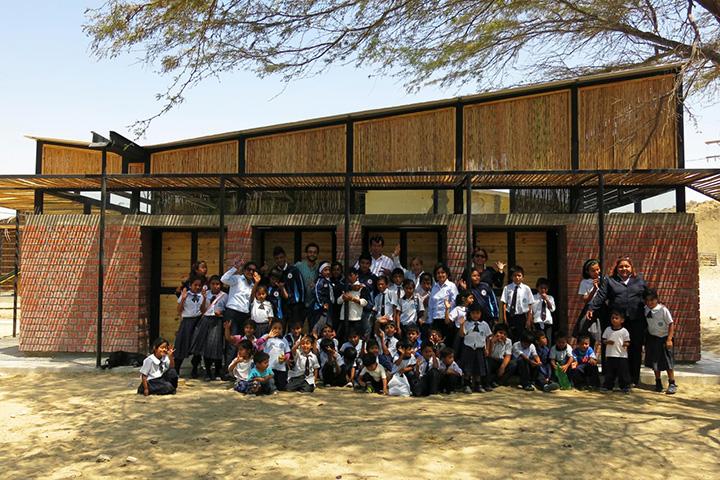 Школа Santa Elena de Piedritas – единственная в перуанском городе Талара, – которую сейчас расширяет и перестраивает организация Architecture for Humanity