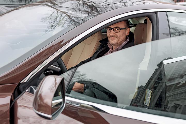Сергей Филонов купил Tesla Model S летом, поэтому опыта эксплуатации электромобиля зимой у него нет — но надеется на лучшее