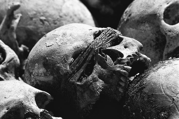 Массовые захоронения убитых красными кхмерами в нескольких километрах от Пномпеня