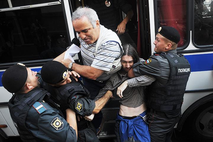 Гарри Каспаров в момент задержания у Хамовнического суда 17 августа 2002 года
