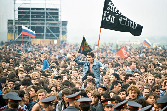 По разным подсчетам на «Монстрах рока» побывало от 500 тысяч до миллиона человек; фестиваля такого размаха Москва не знала ни до, не после