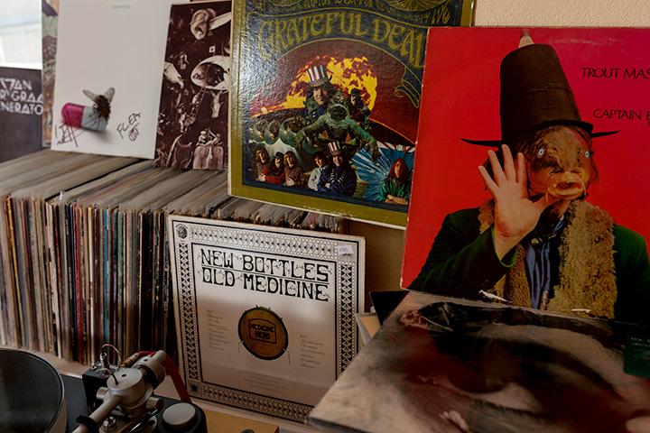 Одна из многочисленных полок с пластинками. На переднем плане — «Trout Mask Replica»; в левом углу — последний альбом Red Hot Chili Peppers с автографом басиста Фли