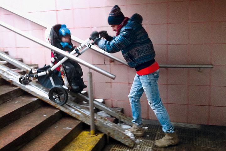 Без коляски с 20-килограммовым спящим мальчиком в зимнейодежде гулять по Москве очень тяжело. С коляской — тоже очень тяжело