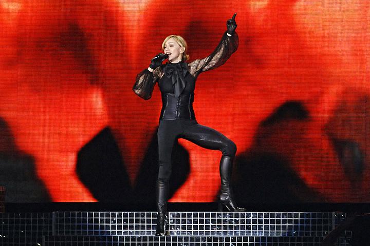 После концерта в Москве Мадонна вывесила в своем блоге благодарность фанатам. Переведена на русский она, впрочем, была с помощью простейшего автоматического переводчика, в результате чего текст получился таким: «Спасибо 50.000 ecstatic русских вентиляторов присутствовали на моих исповедях показывают в moscow! Выставкой был взрыв!»