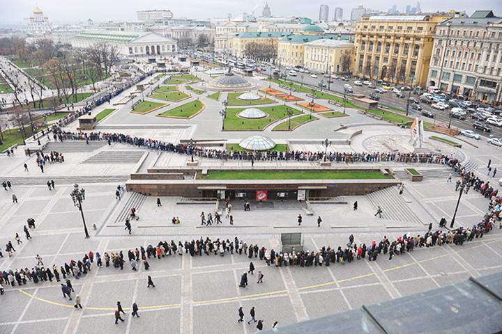 Очередь на выставку «Романовы» на Манежной площади