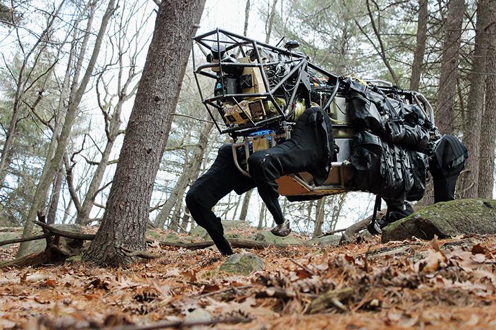 Робот-мул LS3 может переносить до 180 килограмм груза на расстояние около 30 километров на одном баке — но пока что не защищен от ранений в начиненную сенсорами голову и очень громко шумит двигателем