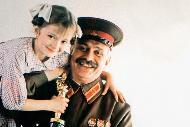 Никита Михалков и его дочь Надя с премией «Оскар», которую «Утомленные солнцем» получили в 1994-м как лучший иностранный фильм
