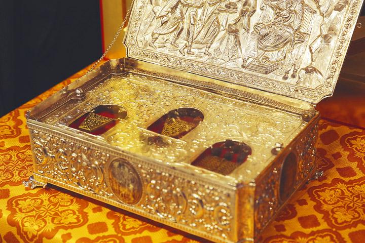 Чтобы увидеть Дары волхвов, верующие выстроились у храма Христа Спасителя в многотысячную очередь длиной в три с половиной километра