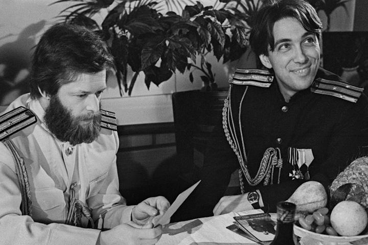 Сергей Курехин в «Двух капитанах-2» сыграл собственно капитана — тем самым подтвердив свое извечное прозвище «Капитан»