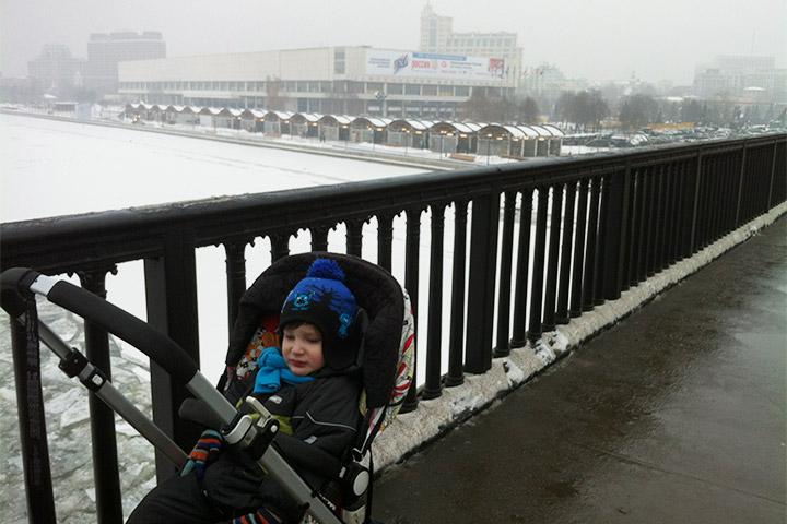 Без коляски с 20-килограммовым спящим мальчиком в зимней одежде гулять по Москве очень тяжело. С коляской — тоже очень тяжело