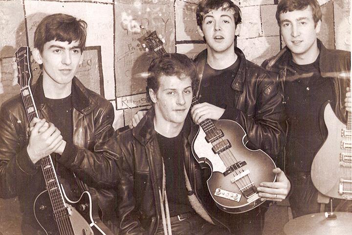 Не то чтобы это фото требует дополнительных пояснений, ведь музыкантов The Beatles все знают в лицо, но Пит Бест — второй слева