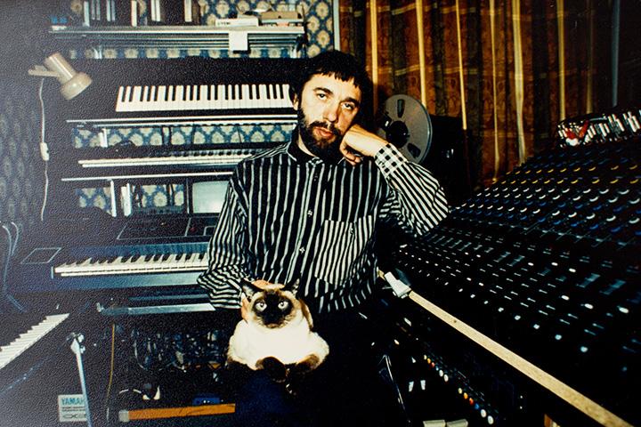 Артемьев в домашней студии с котом Диккенсом, начало 80-х