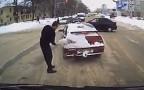 Один русский водитель напугал другого щёткой