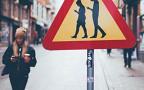В Хельсинки появился дорожный знак «Люди с мобильниками»