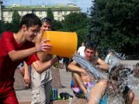 Петербург охладят с помощью шамана и девушек в мокрых майках.