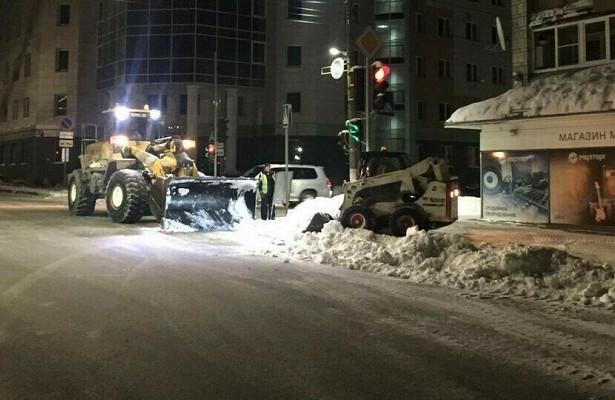 Уборка города отснегопадов недельной давности досихпорнезавершена