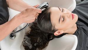 Парикмахер рассказал, каксвязано мытье головы ивыпадение волос