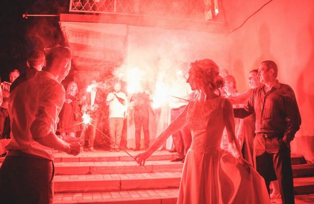 Ярославские телевизионщики устроили вчесть своей свадьбы вцентре Ярославля ночное фаер-шоу