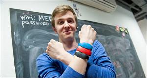 Зачем двадцатилетний студент раздает пенсионерам браслеты