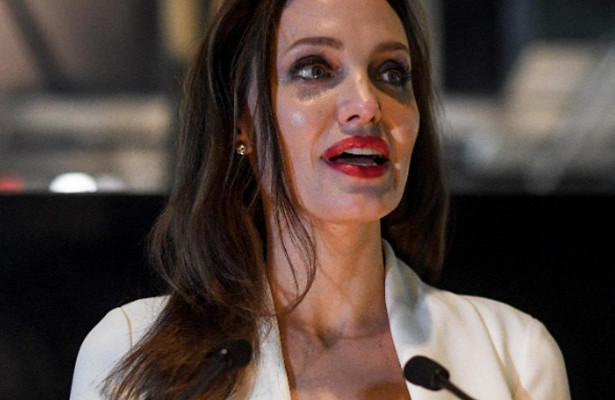 Младшую дочь Джоли вдраных джинсах исогромным баулом сняли наулице