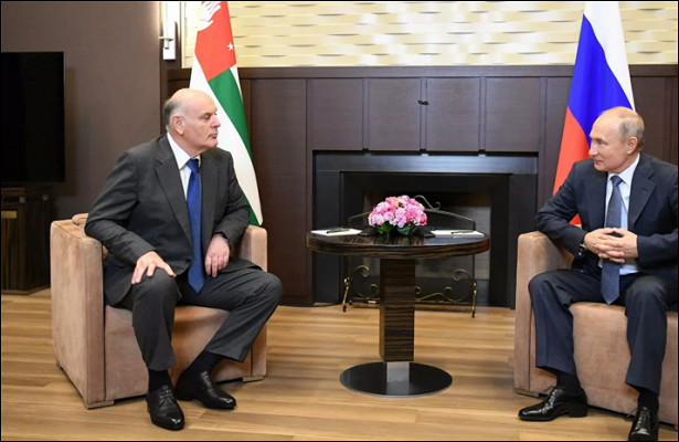 Путин ипрезидент Абхазии провели встречу вСочи