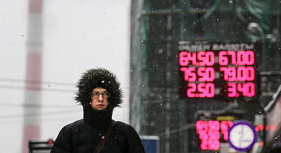 Биржевой курс доллара упал ниже 65 руб.