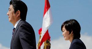 Премьера Японии Синдзо Абэ вызвали в школу
