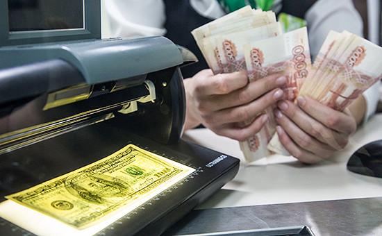 Россияне бросились массово скупать доллары
