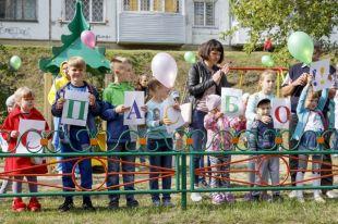 Сотрудница Алтай-Кокса оборудовала вЗаринске детскую площадку