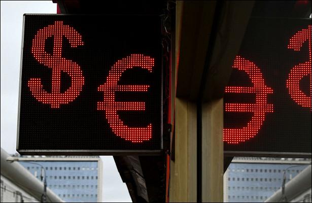Центробанк сообщил опадении доллара иевро