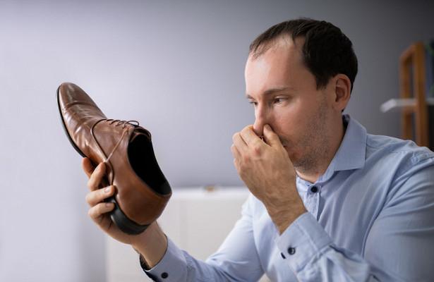 Почему ноги умужчин постоянно потеют ипахнут