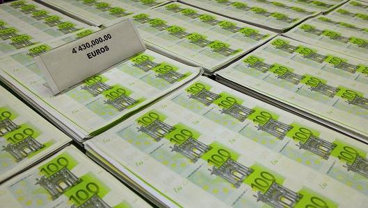 Курс евро снижается на фоне неопределенности по долгу Греции