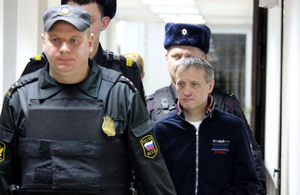 Приставы арестовали квартиру осужденного запедофилию ивзятки экс-депутата Карелии