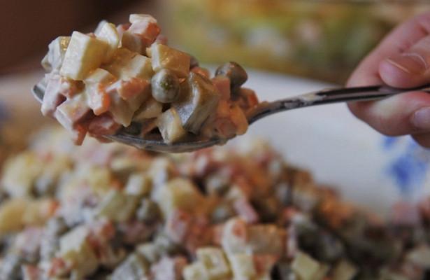 Эксперты предостерегли отпокупки готовых салатов