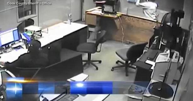Задержанный избил четверых подчиненных шерифа прямо всуде