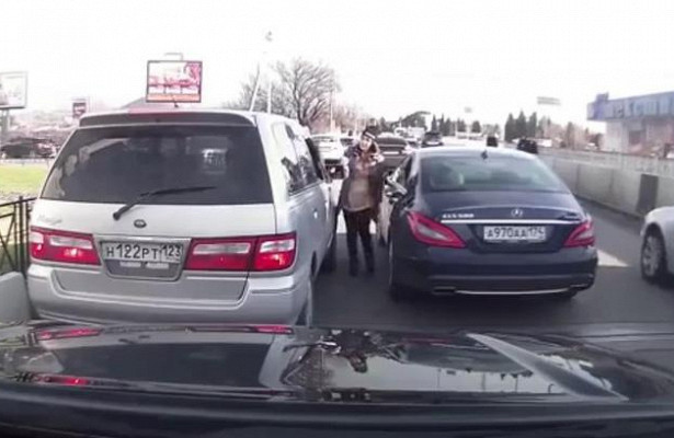 Беременная владелица Mercedes устроила потасовку сженщиной-водителем вСочи