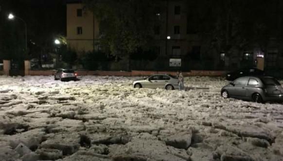 Ледяные глыбы, наводнение иград: наИталию обрушился шторм, превратив улицы Рима вснежный хаос