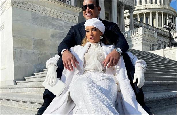 Гага согромной брошью vsЛопес вtotal white: ктоэффектнее поприветствовал нового президента?