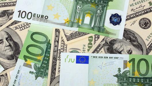 Евро дешевеет к доллару на неопределенности с Грецией