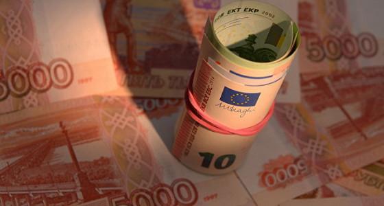 Официальный курс евро на вторник снизился на 12 копеек