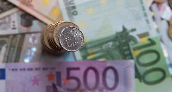 Курс евро опустился ниже 67 рублей