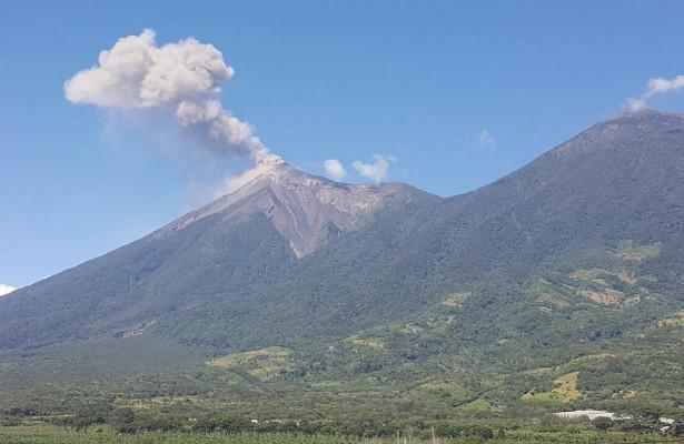 ВИДЕО: Мощный поток лавы начал спускаться посклону вулкана вГватемале