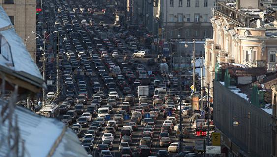 Из-за непогоды Москва стоит впробках, акоммунальные службы работают круглые сутки