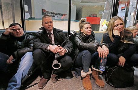 Валютные заемщики пришли к «Дельтакредиту» с детьми в тюремных робах
