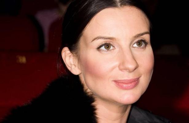 «Моялюбимая клеточка»: 52-летняя Стриженова валом приталенном платье появилась в«Останкино»